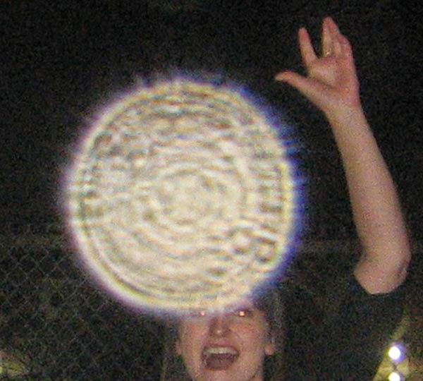 2011: le 25/07 à 21H40 - 21H50 - Lumière en forme de pleine luneLumière étrange dans le ciel  -  Ovnis à Montpellier - Hérault (dép.34) Orbs-117-4-orbs-close-up-regina